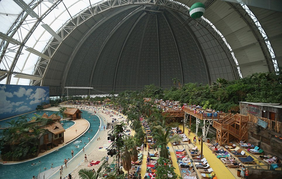 Tropical Islands, resort di lusso nell'hangar di un aeroporto