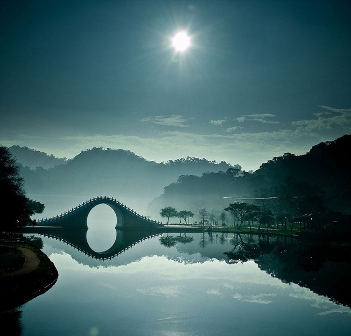 Moon-bridge-Taipei-Taiwan